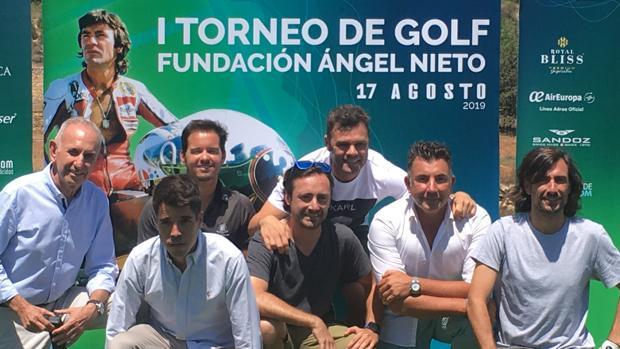 Familiares y amigos de Ángel Nieto, en torno al cartel anunciador del evento