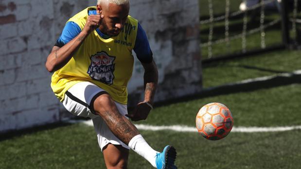 Neymar durante un entrenamiento con el PSG