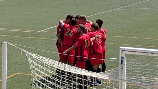Los jugadores del Flat Earth celebran su primer gol ante el RCD Carabanchel