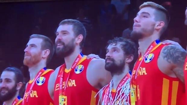 Los jugadores escuchan en el podio la interpretación del himno español