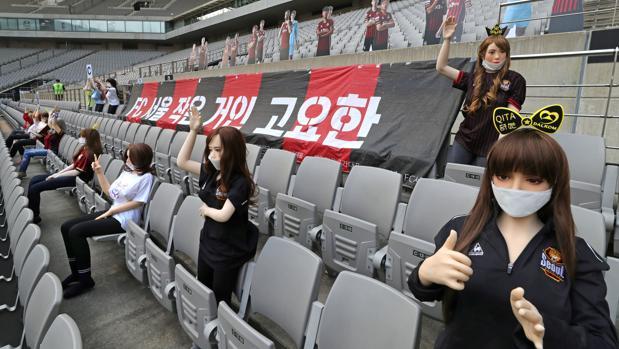 Lío en Corea por el uso de muñecas sexuales como público en las gradas