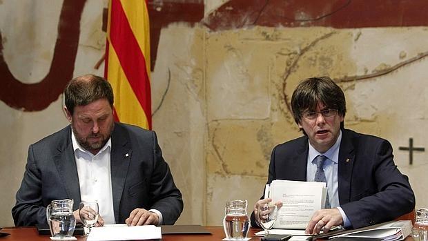 El conseller de Economía junto al presidente de la Generalitat, Carles Puigdemont