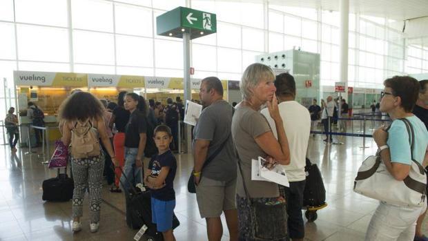 Un grupo de afectados en el Aeropuerto de El Prat