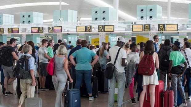 Colas en los mostradores de Vueling por los retrasos