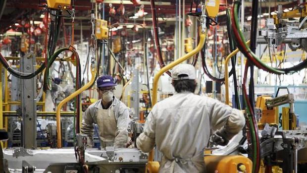 Trabajadores chinos en una fábrica de Shangai