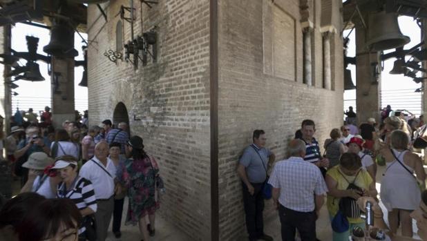 Turistas en la Giralda de Sevilla