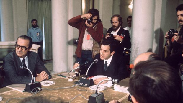 Reunión del presidente del Gobierno, Adolfo Suárez, con los representantes de los grupos parlamentarios para firmar el documento de medidas políticas y económicas, en el Palacio de la Moncloa