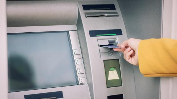 Todas las entidades permiten sacar dinero sin coste en los cajeros de su propia red