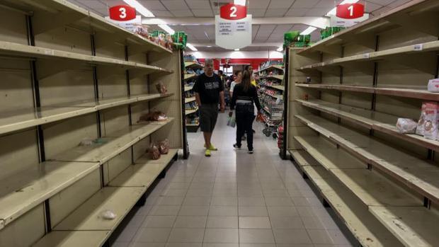 Supermercado con los estantes vacíos en Caracas