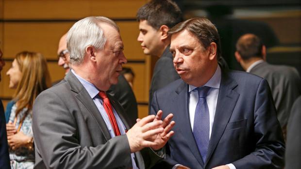 El ministro español de Agricultura, Pesca y Alimentación, Luis Planas (derecha), conversa con el ministro sueco de Asuntos Rurales, Sven-Erik Bucht (izquierada), antes del comienzo del Consejo de Ministros de Agricultura y Pesca en Luxemburgo la semana pasada