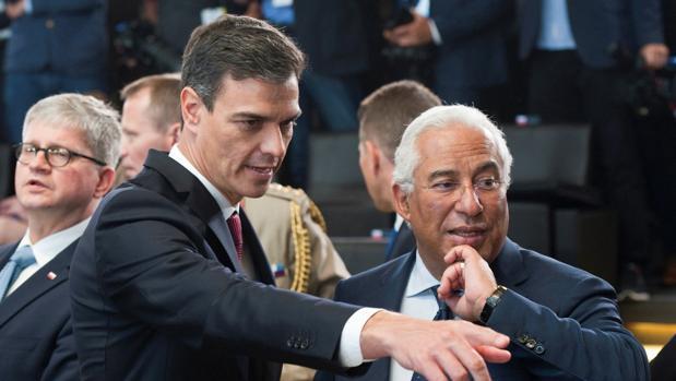 El primer ministro portugués, Antonio Costa (dcha), junto con su homólogo español, Pedro Sáchez (izda)