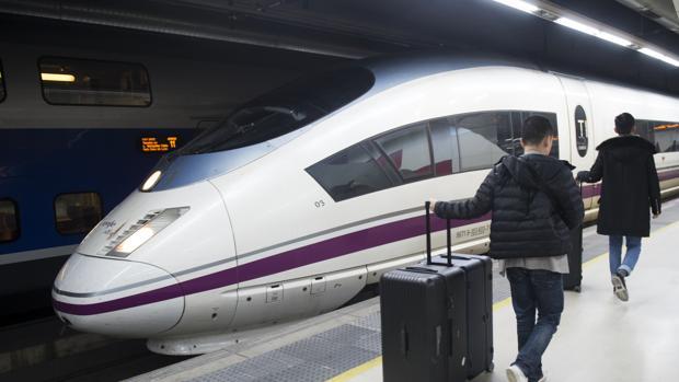 Un tren AVE en la estación de Barcelona