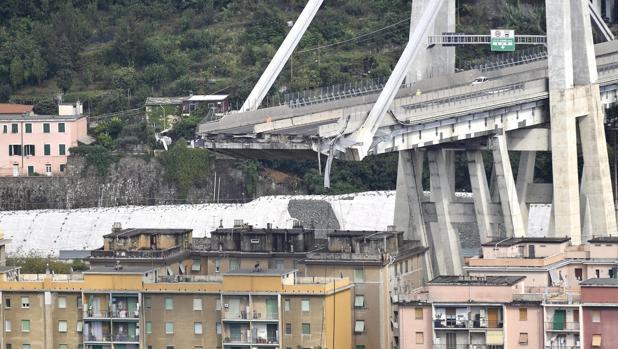 Detalle de la sección derrumbada de un puente en Génova (Italia)