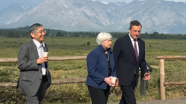 Una imagen para la historia: Mario Draghi, presidente del BCE (dcha) junto a la expresidente de la Fed, Janet Yellen (centro) y su homólogo japonés, Haruhiko Kuroda (izda)