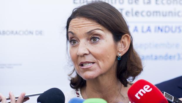La ministra de Industria, Comercio y Turismo, Reyes Maroto, a la salida de las jornadas en Santander