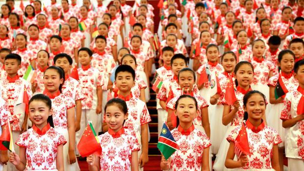 Un grupo de niños chinos con las banderas de cada país africano antes de la cumbre