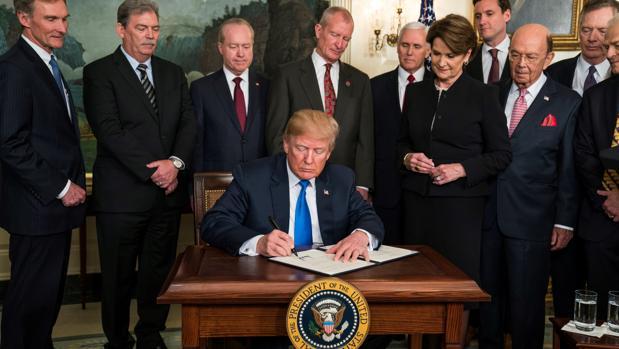 El presidente de EE.UU., Donald Trump, en la primera firma de imposición de aranceles a China