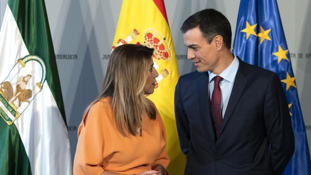 El presidente del Gobierno, Pedro Sánchez (dcha) junto a la presidenta de la Junta de Andalucía, Susana Díaz