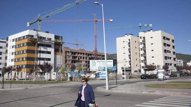 Mujer paseando por Córdoba con un edificio en construcción de fondo
