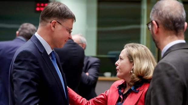 El vicepresidente de la CE, Valdis Dombrovskis, junto a la ministra de Economía, Nadia Calviño