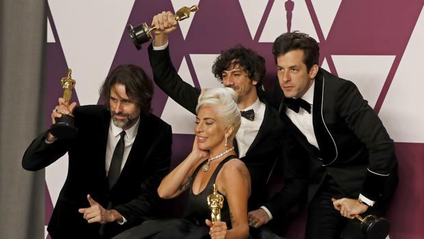 (De izda a dcha) Andrew Wyatt, Anthony Rossomando, Mark Ronson y Lady Gaga posan con el Oscar a la Mejor Canción Original por «Shallow» durante la 91 Ceremonia de los Oscar