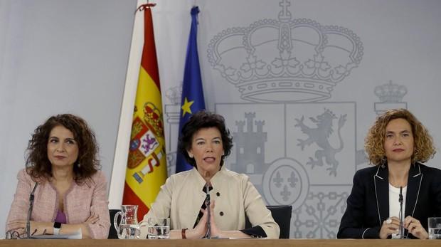 La ministra de Hacienda, María Jesús MOntero junto a la portavoz del Gobierno, Isabel Celaá, y la ministra de Administraciones Públicas, Meritxell Batet