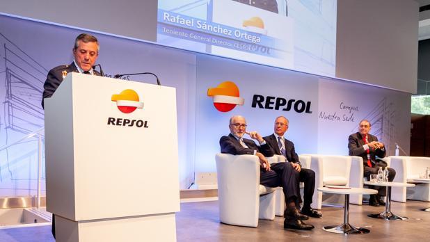 El teniente general, durante su intervención, junto a Antonio Brufau, Miguel Antoñanzas e Íñigo Díaz