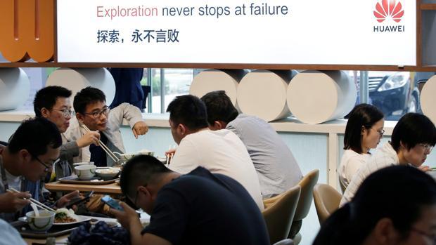 Empleados comen en la sede central de Huawei en Shenzhen, China