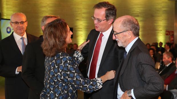 A la derecha de la ministra Ribera, Antonio Brufau, en el 25 aniversario de la AOP