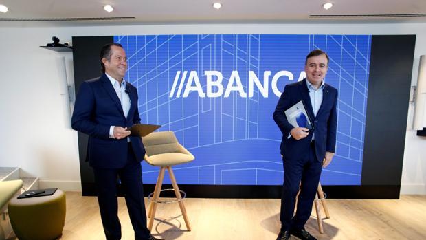 El presidente de Abanca, Juan Carlos Escotet (i), junto al consejero delegado, Francisco Botas (d),