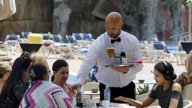 Siete de cada diez encuestados dejan propina en restaurantes y bares, según el estudio