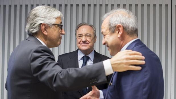 G. Castelluci (Atlantia), F. Pérez (ACS) y M. Fernández Verdes (Hochtief), en la firma del reparto de Abertis