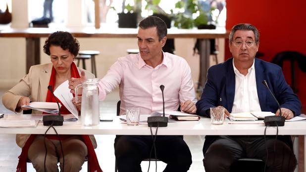 El presidente del Gobierno en funciones, Pedro Sánchez (c), junto a la ministra de Trabajo, Migraciones y Seguridad Social, Magdalena Valerio (i), y el secretario de Empleo y Relaciones Laborales, Toni Ferrer (d)