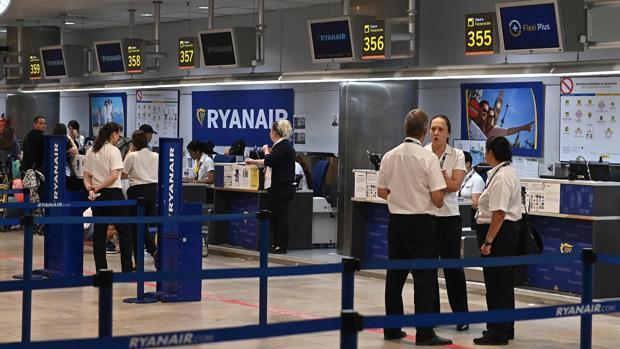 Empleados en los mostradores de Ryanair en el aeropuerto de Barajas, este lunes