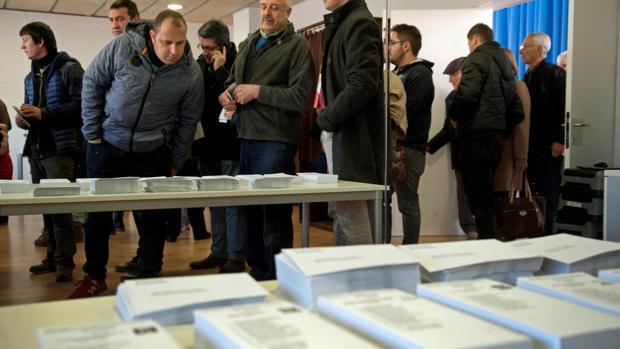 Ciudadanos catalanes hacen cola para votar en las elecciones del 21-D