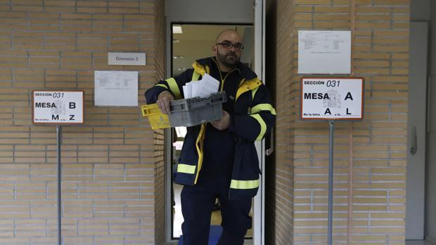 Un operario transporta el voto por correo enviado a un colegio electoral de Pozuelo de Alarcón en 2015