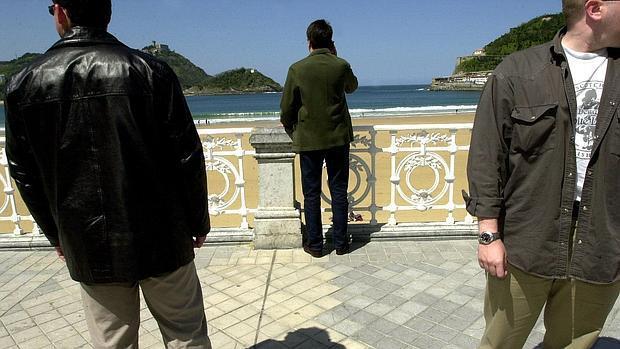 Escoltas protegen a un cargo público ante la bahía de La Concha, en San Sebastián