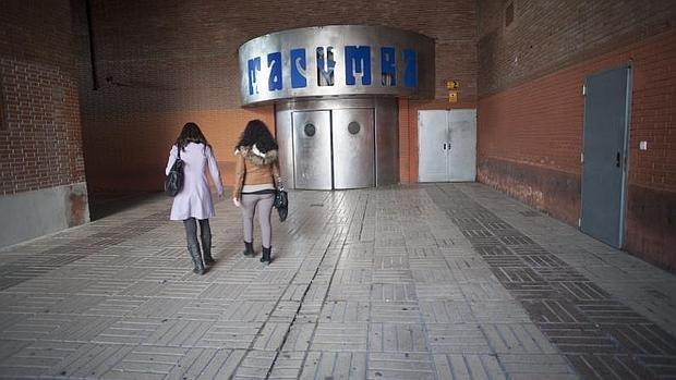 Dos chicas pasan por delante de la puerta de la discoteca Macumba, tras ser clausurada