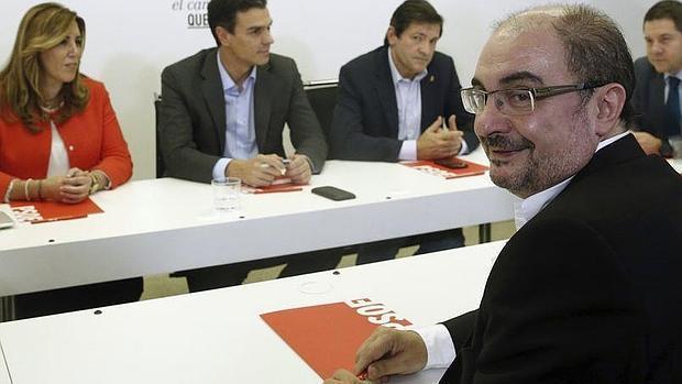 El presidente aragonés, Javier Lambán, ayer, en la reunión de los barones del PSOE con Pedro Sánchez