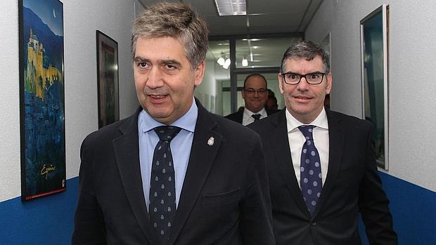 El director general de la policía, Ignacio Cosidó (I), junto al presidente del CSI-F de Palencia, Benjamín Castro