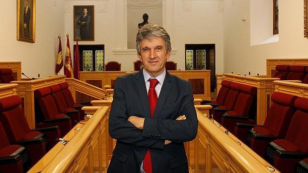 El concejal José Pablo Sabrido en el salón de plenos del Ayuntamiento de Toledo
