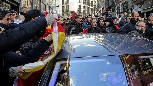 Javier Barbero, concejal de Seguridad del Ayuntamiento de Madrid, se mete en un coche en medio de las protestas