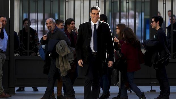 Pedro Sánchez entrando ayer al Congreso