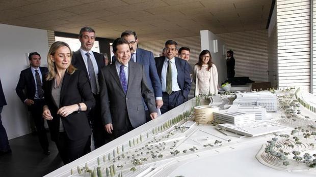 El presidente de Castilla-La Mancha, Emiliano García-Page, observa este lunes la maqueta que se presentó para el primer proyecto de hospital, allá en tiempos del Gobierno de Barreda