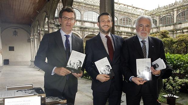 Feijóo, Juan Fernández-Miranda y Santalices sostienen la biografía de Torcuato Fernádez-Miranda