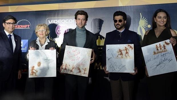 Sonakshi Sinha, Hrithik Roshan, Anil Kapoor y Manuela Carmena, durante la presentación de los premios en El Retiro
