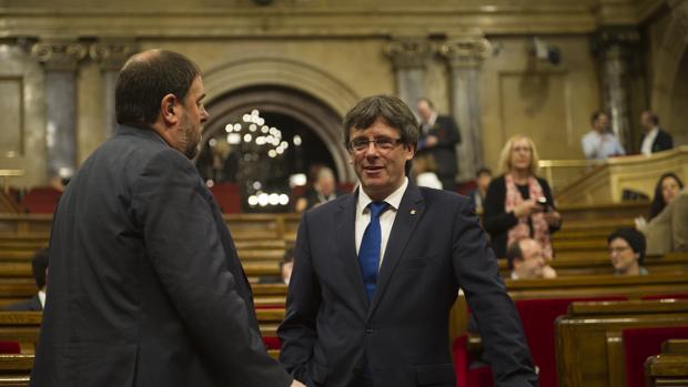 El presidente de la Generalitat, Carles Puigdemont, y el vicepresidente y responsable de Economía, Oriol Junqueras