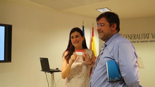 Imagen de la consellera Montón con la nueva tarjeta