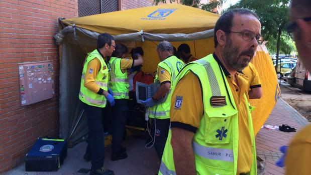 Los facultativos del Samur-Protección Civil auxilian a la mujer herida grave en Vicálvaro
