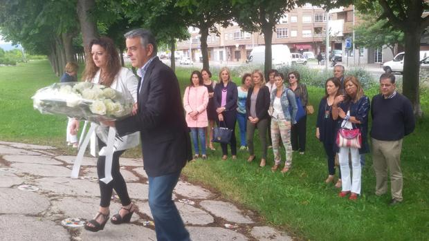 Javier De Andrés, en primer término, durante la ofrenda floral este mediodía en Vitoria